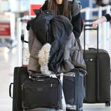"""Victoria Justice sieht auch mit viel Gepäck und warm eingepackt entzückend aus. Sie hat sich in Toronto aufgehalten, um die Rolle der """"Janet Weiss"""" in der """"Rocky Horror Picture Show"""" zu spielen."""