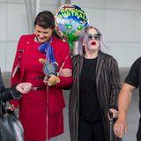"""Kelly Osborne humpelt sich ihren Weg frei: Mit Krücke und """"Welcome to Australia""""-Luftballon kommt sie in Sydney an."""