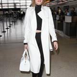Miranda Kerr trägt eine xl-Sonnebrille am Flughafen von Los Angeles, um sich vor dem Blitzgewitter der Fotografen zu schützen.