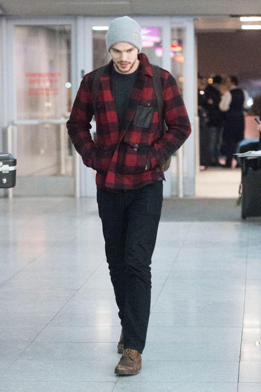 Nicholas Hoult kommt gerade am JFK Flughafen in New York an. Ob er direkt aus Kanada vom Holzfällen kommt?