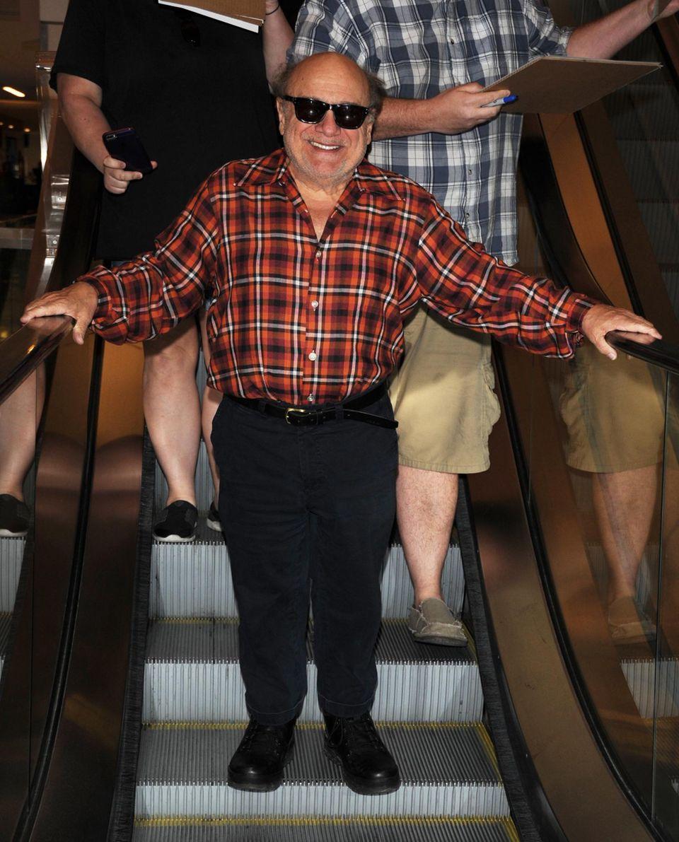 Danny DeVito kommt sichtlich gut gelaunt vom Sundance Film Festival am Flughafen LAX an.