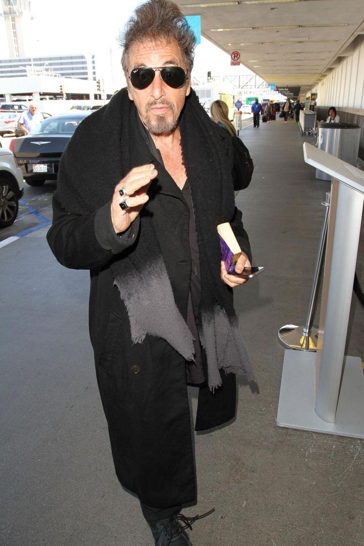 Al Pacino hat sich auf seinen Flug vorbereitet und bringt ein Buch mit zum Flughafen LAX.
