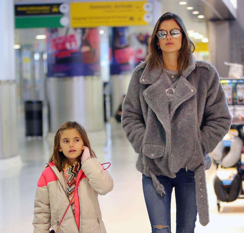 Alessandra Ambrosio und Tochter Anya Mazur sind bei der Ankunft am JFK-Flughafen in New York kuschelig warm eingepackt.