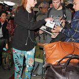 """Die """"Game-of Thrones"""" Schauspielkollegin Sophie Turner mag es ebenfalls legere, jedoch etwas bunter. Am Flughafen in Los Angeles gibt sie ihren Fans zahlreiche Autogramme."""