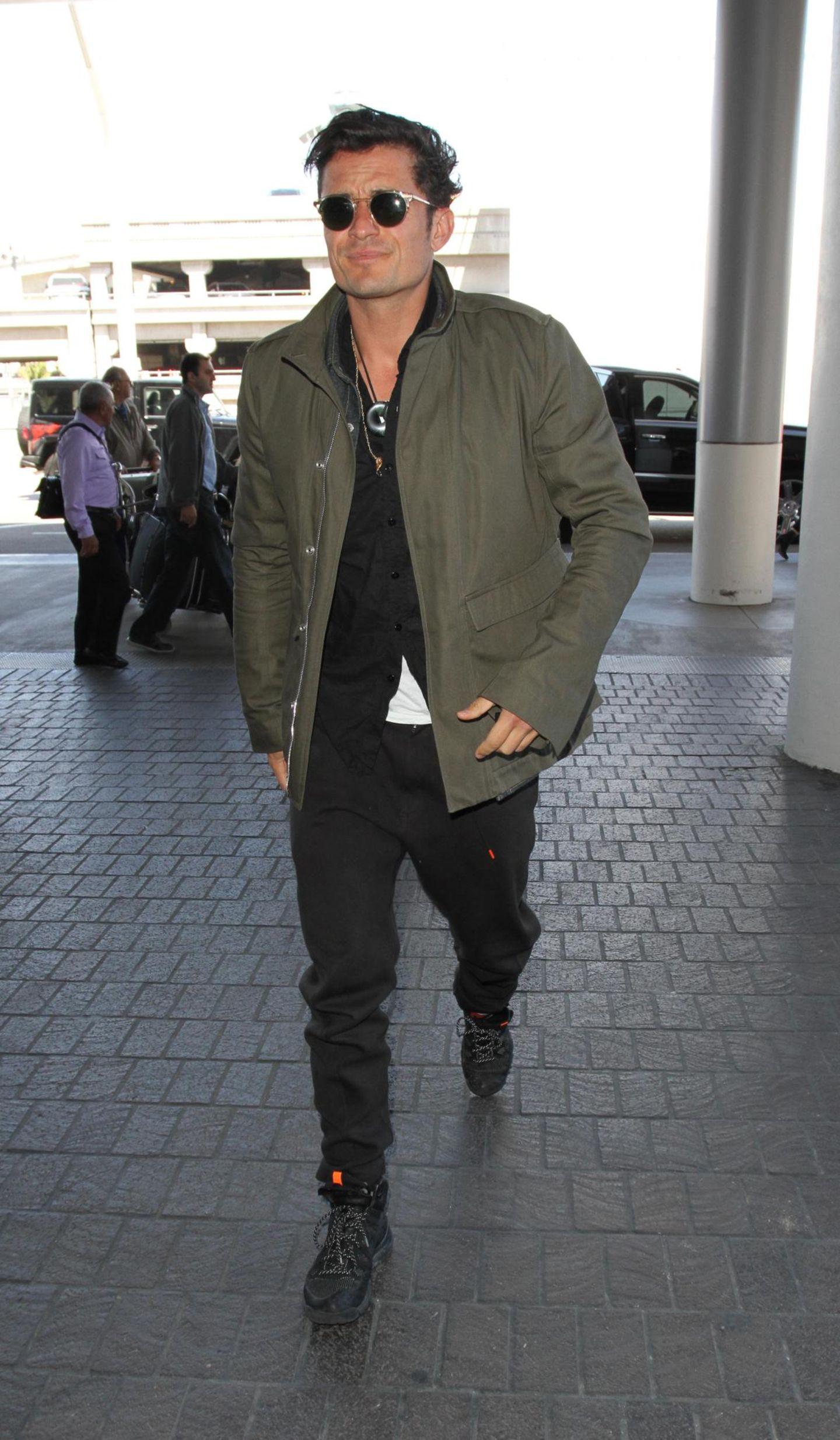 Am LAX, dem internationalen Flughafen in Los Angeles, hat man öfter die Chance einen Promi anzutreffen, diesmal ist es Orlando Bloom, getarnt in Schwarz und grüner Jacke.