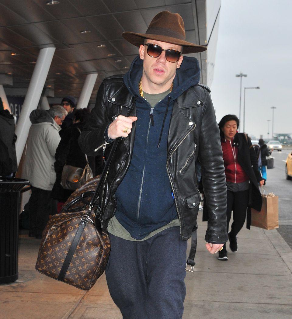 Rapper Macklemore kommt samt Gepäck am JFK Airport in New York City an.