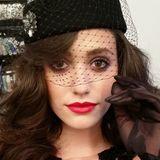Für ein Shooting hat Emmy Rossum ein nostalgisches, sehr verführerisches Make-up mit kirschrotem Lippenstift aufgelegt.