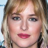 Dakota Johnson ist mit vollen Lippen gesegnet, die sie mit himbeerfarbenen Lippenstift gekonnt in Szene setzt.