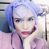 Kate Bosworth zeigt auf ihrem Instagram-Profil, dass man auch mit Oldschool-Lockenwicklern im Haar bezaubernd aussehen kann. Das liegt aber auch an dem pinken Lippenstift auf ihrem Schmollmund und dem stylischen 50s-Look.