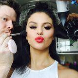 Ein Star müsste man sein! Selena Gomez genießt ihr Rundum-Styling und schickt ihren Instagram-Followern mit ihrem wunderschön roten Schmollmund einen dicken Kuss.