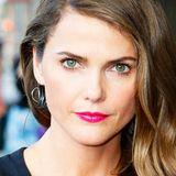 Pink glänzender Lippenstift wirkt bei Keri Russells mehrfarbigen Augen besonders aufregend.