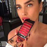 Zum Anbeißen findet Irina Shayk besonders knallige Rottöne. Mit feurigen Farben kann sie ihren sexy Schmollmund noch stärker hervorheben und sieht so gleich noch heißer aus.