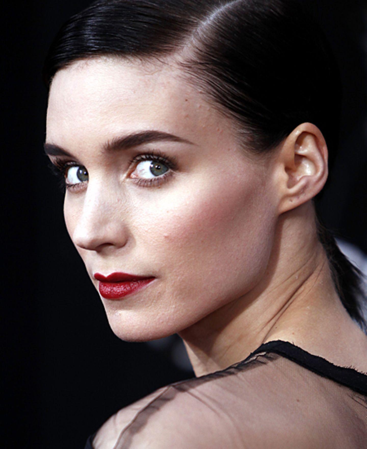 Schwarze Kleidung, schwarze Haare, blass geschminkt und dann rote Lippen: Geheimnisvoller als Rooney Mara kann man einen Look ka