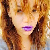 Auffälliger geht's kaum: Mit lilafarbenem Schmollmund zeigt sich Rihanna auf ihrem Instagram-Profil. Ein toller Kontrast zu ihren derzeit rötlichen Haaren.