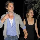 """21. November 2010: Nur wenige Monate hielt die Beziehung von Kate Winslet und Louis Dowler. Das """"Burberry""""-Model tröstete die Sc"""