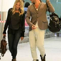 Januar 2011; Scheinbar glücklich kommen Sienna Miller und Jude Law aus dem Urlaub zurück