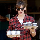 Voll bepackt mit jeder Menge Kaffee verlässt Jennifer Garner einen Coffee Shop in Brentwood.