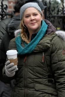 Amy Schumer wärmt sich in der Drehpause am Set in Manhattan mit einem Heissgetränk auf.