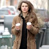 Nachdem Keri Russell ihren Sohn zur Schule gebracht hat, braucht sie eine Ladung Koffein.