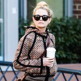 """""""Dr. House""""-Star Jennifer Morrison schlendert mit Sonnenbrille und Starbucks-Becher durch Vancouver."""