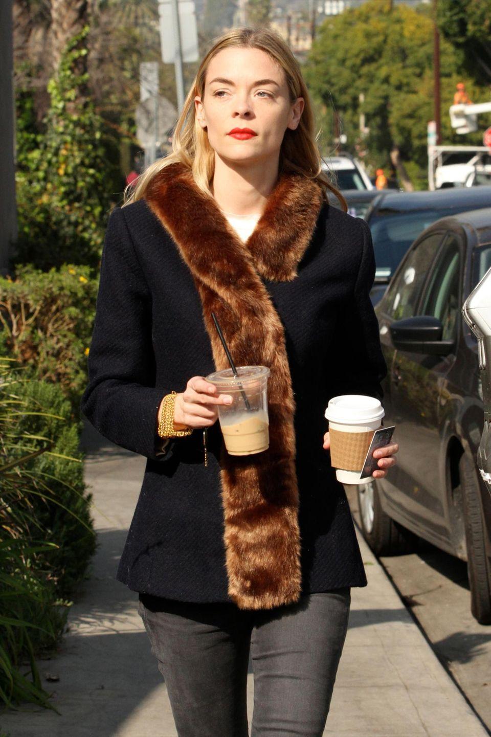 Jamie King kann sich wohl nicht entscheiden, ob sie ihren Kaffee lieber heiß oder kalt trinkt.