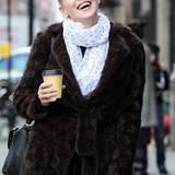 In ihrer Drehpause am Filmset in New York hält Sharon Stone sich mit einem Kaffee warm.