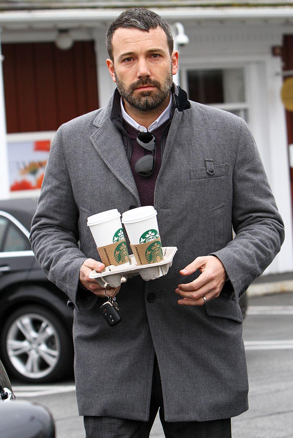 Kurz nacheinander verlassen Ben Affleck und Steven Spielberg den selben Kaffeeladen in Los Angeles. Ob nur ein Zufall oder das Ende eines Meetings bleibt unklar, allerdings haben beide noch warme Getränke für unterwegs mitgenommen.