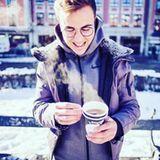 Um sich gegen den Schnee und die Kälte zu wappnen, trinkt Mario Götze einen Tee to go.