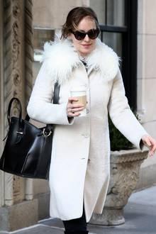 Dakota Johnson verlässt ihre Wohnung in New York mit einem heißen Kaffee.
