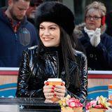 """Jessie J wärmt bei der """"Access Hollywood Live""""-Show ihre Hände am heißen Kaffee auf."""