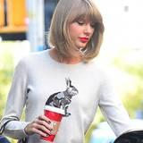 Taylor Swift ist mit einem wärmenden Kaffee in New York City unterwegs.