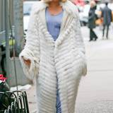 Lady GaGa zeigt sich auch im Winter mit langem, weißem Pelzmantel als klassische Diva.