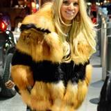 Gegen die eisigen Temperaturen in New York schützt sich Jessica Simpson mit kuscheliger, zweifarbiger Pelzjacke.