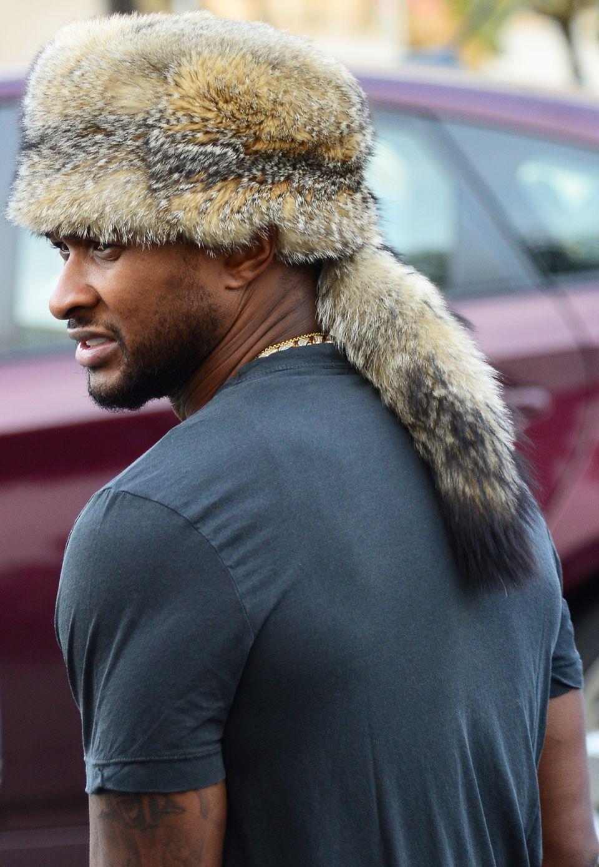 Nur im T-Shirt scheint Sänger Usher kalt zu sein: Auf dem Kopf trägt er eine Trapper-Mütze.