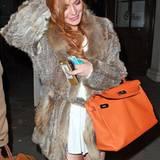 Ultra flauschig scheint dieser weiche Mantel von Lindsay Lohan zu sein, der aus Fell sowie Federn besteht.