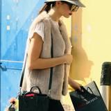 Auch Kendall Jenner ist eine Pelz-Liebhaberin und wertet ihr sonst relativ schlicht gehaltenes Outfit mit einer Fell-Weste auf.