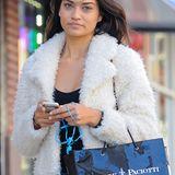 Zum Shoppen in New York City entscheidet sich Model Shanina Shayk für eine flauschige, helle Teddybär-Fell-Jacke.