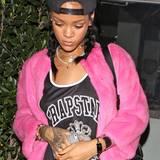 Für ihren ausgefallenen Modegeschmack wird Rihanna von ihren Fans geliebt. Mit einem pinken Fell-Jäckchen beweist die Sängerin Mut zur Farbe.