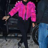 Im pinken Patchwork-Pelz leuchtet Rihanna besonders auffällig.