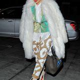 Rita Ora ist ja auch für ihren ungewöhnlichen Outfits bekannt, und der weiße Fake-Fur-Mantel im Flokati-Look passt genau in das Bild.
