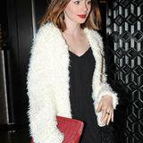 Wärmende Fake-Fur-Jacken im Flokati-Look scheinen gerade wieder in Mode zu kommen, wie Lily Collins zeigt.