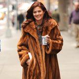 """Warmgehalten durch einen schweren Pelzmantel, macht sich Debra Messing auf den Weg zum """"Smash""""-Set."""