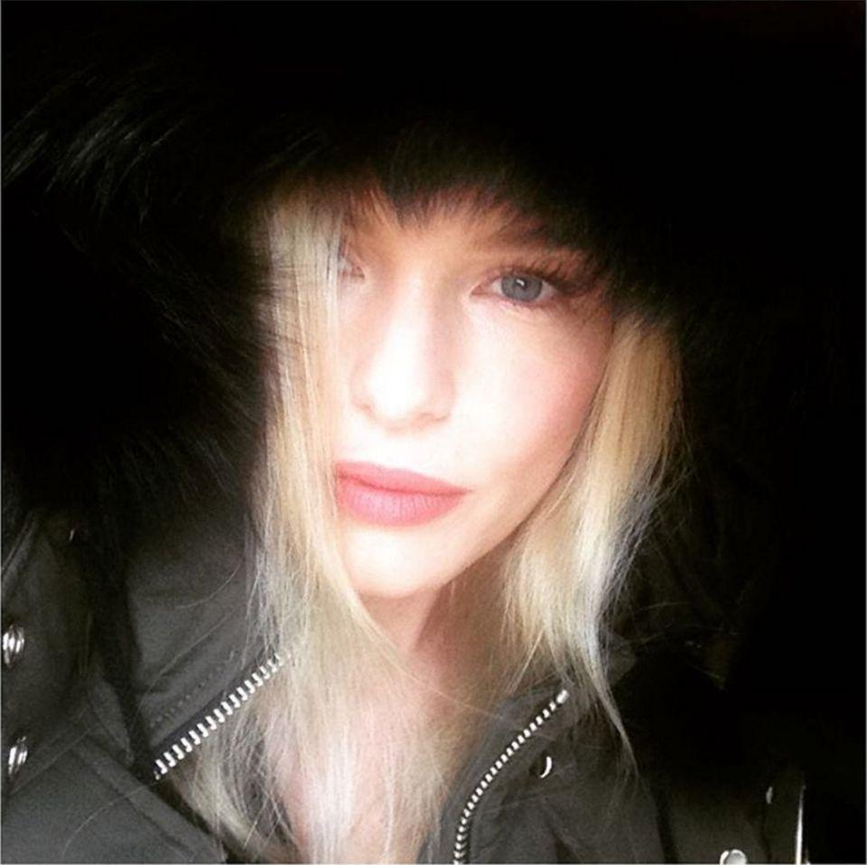 Schauspielerin Kate Bosworth trägt eine Winterjacke mit einer schwarzen Fellkapuze von der kanadischen Marke Moose Knuckles.