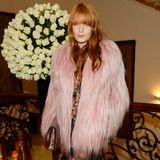 """Florence Welch (""""Sweet Nothing"""") stimmt ihre Pelzjacke in Langhaar-Version farblich stimmig auf ihr restliches Outfit ab."""