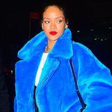 In leuchtend blauer Kuscheljacke eingepackt zieht Rihanna durchs nächtliche New York.