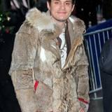 John Mayer zeigt sich in kalten New York im pelzigen Wildhüter-Look.