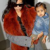Als wahre Fashion-Queen kann auch Kim Kardashian nicht auf das flauschige Material verzichten. Zum grauen Mantel wählt der Reality-Star einen kontrastreichen XXL-Fell-Schal.