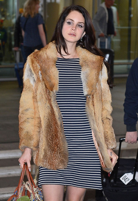 Mit Fuchsfell-Mantel sorgt Lana Del Rey am Warschauer Flughafen für Aufsehen.