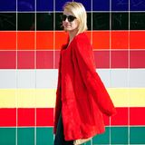 Farbenspiel: Beim Bummel durch Hollywood fällt Emma Robert mit ihrem roten, kragenlosen Kunstfell-Mantel besonders auf.
