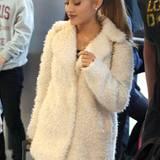 Sängerin und Schauspielerin Ariana Grande hat sich mit einem flauschigen Mantel aus Teddyfell für die kalte Jahreszeit gerüstet.